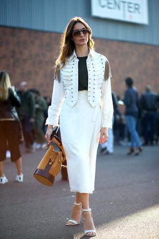 weiße Militärjacke, schwarzes T-Shirt mit einem Rundhalsausschnitt, weißer Midirock, weiße Leder Sandaletten für Damen