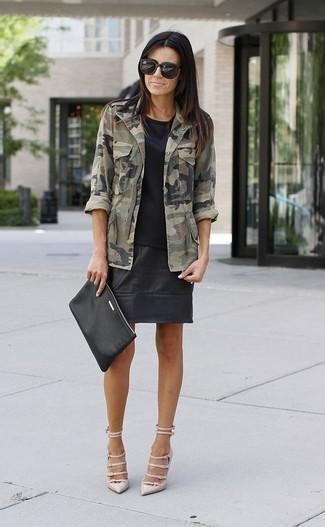 Wie kombinieren: olivgrüne Camouflage Militärjacke, schwarzes T-Shirt mit einem Rundhalsausschnitt, schwarzer Leder Minirock, hellbeige Leder Pumps