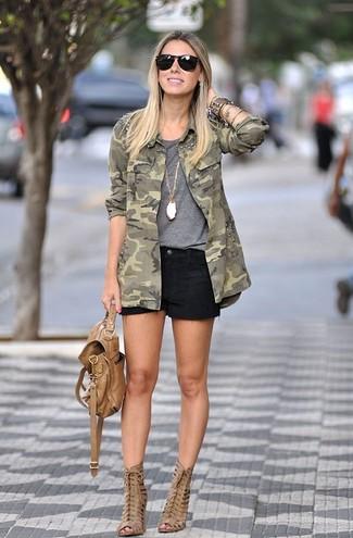 Wie kombinieren: olivgrüne Camouflage Militärjacke, graues T-Shirt mit einem Rundhalsausschnitt, schwarze Jeansshorts, beige Leder Stiefeletten mit Ausschnitten