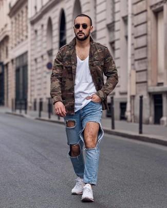 Wie kombinieren: braune Camouflage Militärjacke, weißes T-Shirt mit einem V-Ausschnitt, hellblaue Jeans mit Destroyed-Effekten, weiße Sportschuhe