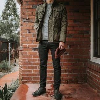 Herren Outfits & Modetrends 2020 für warm Wetter: Kombinieren Sie eine olivgrüne Militärjacke mit schwarzen Jeans für einen bequemen Alltags-Look. Setzen Sie bei den Schuhen auf die klassische Variante mit einer schwarzen Lederfreizeitstiefeln.