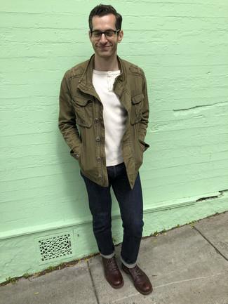 Weißes T-shirt mit einer Knopfleiste kombinieren – 256 Herren Outfits: Kombinieren Sie ein weißes T-shirt mit einer Knopfleiste mit dunkelblauen Jeans für ein sonntägliches Mittagessen mit Freunden. Fühlen Sie sich ideenreich? Komplettieren Sie Ihr Outfit mit einer dunkelbraunen Lederfreizeitstiefeln.