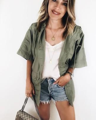 Wie kombinieren: olivgrüne Militärjacke, weißes Seide Trägershirt, hellblaue Jeansshorts, hellbeige bedruckte Satchel-Tasche aus Segeltuch