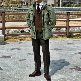 Dunkelrote Chukka-Stiefel aus Leder kombinieren – 47 Herren Outfits: Vereinigen Sie eine olivgrüne Militärjacke mit einer dunkelbraunen Anzughose für einen stilvollen, eleganten Look. Fühlen Sie sich ideenreich? Ergänzen Sie Ihr Outfit mit dunkelroten Chukka-Stiefeln aus Leder.