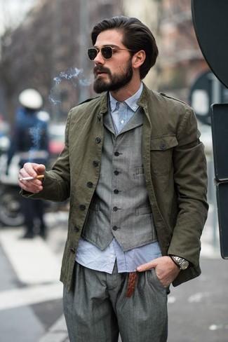 Wie kombinieren: olivgrüne Militärjacke, graue Weste, hellblaues Langarmhemd aus Seersucker, graue Anzughose