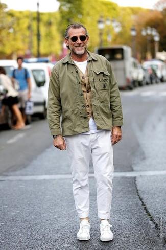 Wie kombinieren: olivgrüne Militärjacke, beige Weste, weißes T-Shirt mit einem Rundhalsausschnitt, weiße Chinohose