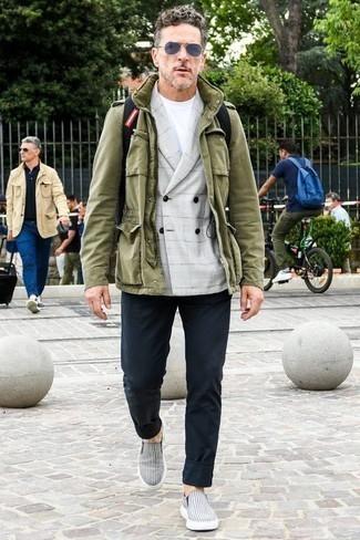 Graues Zweireiher-Sakko mit Schottenmuster kombinieren: trends 2020: Kombinieren Sie ein graues Zweireiher-Sakko mit Schottenmuster mit einer dunkelblauen Chinohose, um einen eleganten, aber nicht zu festlichen Look zu kreieren. Suchen Sie nach leichtem Schuhwerk? Vervollständigen Sie Ihr Outfit mit dunkelblauen und weißen horizontal gestreiften Slip-On Sneakers aus Segeltuch für den Tag.