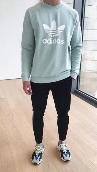Schwarze Jogginghose kombinieren: lässige Outfits: trends 2020: Für ein bequemes Couch-Outfit, vereinigen Sie ein mintgrünes bedrucktes Sweatshirts mit einer schwarzen Jogginghose. Wenn Sie nicht durch und durch formal auftreten möchten, wählen Sie grauen Sportschuhe.