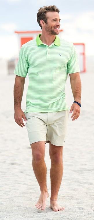 Wie kombinieren: mintgrünes horizontal gestreiftes Polohemd, hellbeige Shorts, dunkelblaues Armband