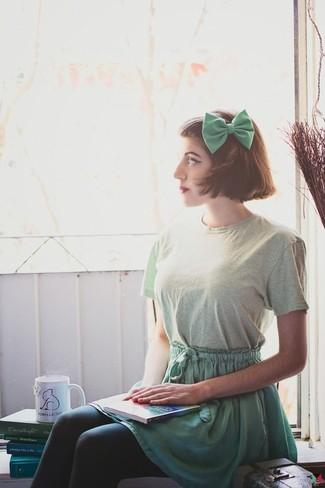 Wie kombinieren: mintgrünes T-Shirt mit einem Rundhalsausschnitt, grüner Skaterrock, grüne Fliege