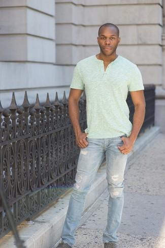 Hellblaue enge Jeans mit Destroyed-Effekten kombinieren: trends 2020: Ein mintgrünes T-shirt mit einer Knopfleiste und hellblaue enge Jeans mit Destroyed-Effekten sind eine perfekte Wochenend-Kombination. Schalten Sie Ihren Kleidungsbestienmodus an und machen dunkelgrauen Leinenschuhe zu Ihrer Schuhwerkwahl.