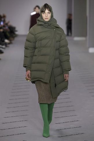 olivgrüne Daunenjacke, olivgrüner Wollmidirock, grüne Strumpfhose für Damen