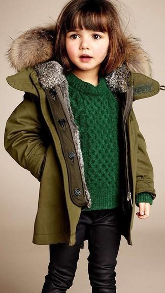 Wie kombinieren: olivgrüne Jacke, grüner Pullover, schwarze Leggings