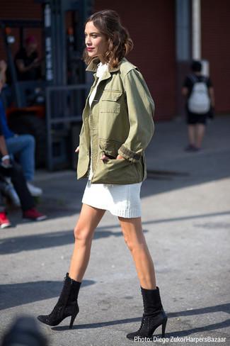 Alexa Chung trägt Olivgrüne Militärjacke, Weißes Sweatkleid, Schwarze Wildleder Stiefeletten