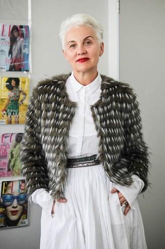 50 Jährige: Outfits Damen 2020: Eine olivgrüne Pelzjacke und ein weißes Shirtkleid sind eine schöne Kombi-Formel für Ihr Kleidungsarsenal.