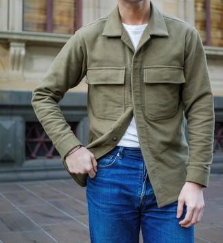 Wie kombinieren: olivgrüne Shirtjacke, weißes T-Shirt mit einem Rundhalsausschnitt, blaue Jeans
