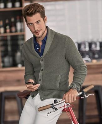 Olivgrüne Strickjacke mit einem Schalkragen kombinieren: trends 2020: Stechen Sie unter anderen modebewussten Menschen hervor mit einer olivgrünen Strickjacke mit einem Schalkragen und einer hellbeige Chinohose.