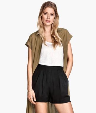 Olivgrüne Strickjacke kombinieren – 32 Damen Outfits: Probieren Sie diese Kombination aus einer olivgrünen Strickjacke und schwarzen Shorts, um ein stylisches Outfit zu zaubern.