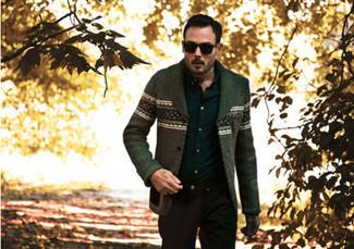 Wie kombinieren: olivgrüne Strickjacke mit Fair Isle-Muster, schwarzes Langarmhemd, schwarze Chinohose