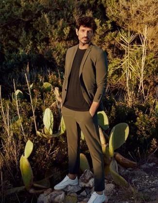 Herren Outfits 2020: Paaren Sie einen olivgrünen Anzug mit einem dunkelbraunen T-Shirt mit einem Rundhalsausschnitt für Ihren Bürojob. Suchen Sie nach leichtem Schuhwerk? Vervollständigen Sie Ihr Outfit mit weißen Segeltuch niedrigen Sneakers für den Tag.