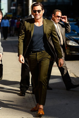 Olivgruener anzug dunkelgraues t shirt mit rundhalsausschnitt beige leder oxford schuhe large 21951