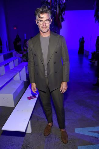 Business Schuhe kombinieren: trends 2020: Kombinieren Sie einen olivgrünen Anzug mit einem grauen T-Shirt mit einem Rundhalsausschnitt für Ihren Bürojob. Machen Sie Ihr Outfit mit Business Schuhen eleganter.