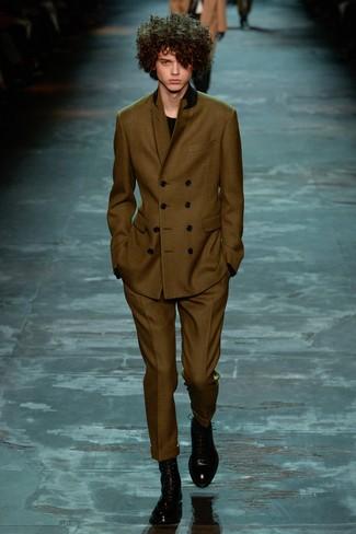 olivgrüner Anzug, schwarzer Pullover mit einem Rundhalsausschnitt, schwarze Lederformelle stiefel für Herren