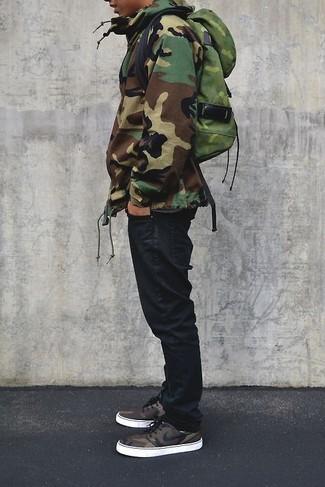 Wie kombinieren: olivgrüner Camouflage Parka, schwarze Jeans, olivgrüner Camouflage Rucksack