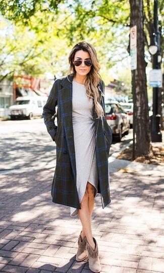 Wie kombinieren: olivgrüner Mantel mit Karomuster, graues figurbetontes Kleid, braune Fransen Wildleder Stiefeletten