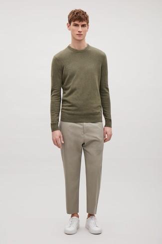 Wie kombinieren: olivgrüner Pullover mit einem Rundhalsausschnitt, hellbeige Anzughose, weiße Leder niedrige Sneakers