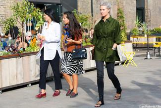 Wie kombinieren: olivgrüner Trenchcoat, dunkelgraue Jeans, schwarze flache Sandalen aus Leder