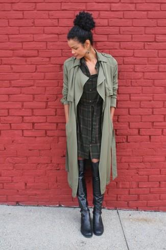 Wie kombinieren: olivgrüner Trenchcoat, dunkelgrünes Shirtkleid mit Schottenmuster, schwarze Overknee Stiefel aus Leder