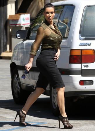 Kim Kardashian trägt Olivgrünes Businesshemd, Schwarze Bermuda-Shorts, Schwarze Leder Sandaletten