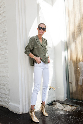 Wie kombinieren: olivgrünes Jeanshemd, weiße Jeans, goldene Leder Stiefeletten