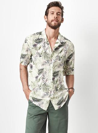 Wie kombinieren: olivgrünes Kurzarmhemd mit Blumenmuster, dunkelgrüne Shorts
