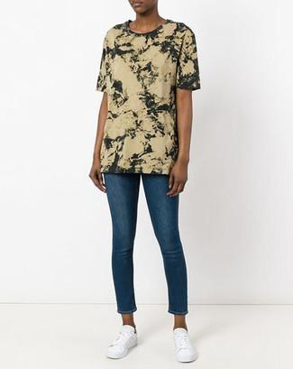 Wie kombinieren: olivgrünes Mit Batikmuster T-Shirt mit einem Rundhalsausschnitt, blaue enge Jeans, weiße niedrige Sneakers
