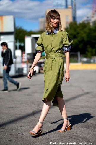 olivgrünes Shirtkleid, silberne Keilsandaletten aus Leder für Damen