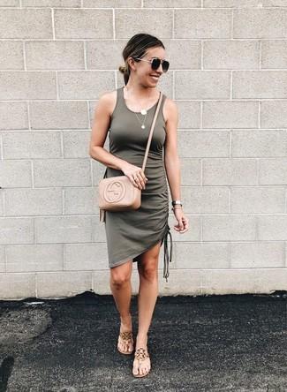 Beige Leder Zehentrenner kombinieren – 39 Damen Outfits: Entscheiden Sie sich für ein olivgrünes Trägerkleid für ein super entspanntes Trend-Outfit, das, Coolness und Persönlichkeit ausstrahlt. Dieses Outfit passt hervorragend zusammen mit beige Leder Zehentrennern.
