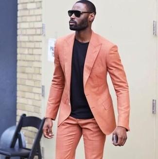 Wie kombinieren: orange Anzug, schwarzes T-Shirt mit einem Rundhalsausschnitt, schwarze Sonnenbrille