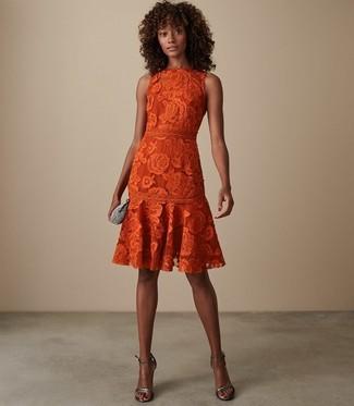 Wie kombinieren: orange ausgestelltes Kleid aus Spitze, silberne Leder Sandaletten, silberne verzierte Clutch