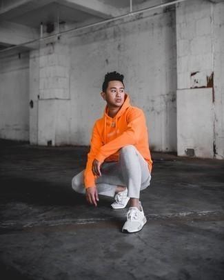Graue Sportschuhe kombinieren – 500+ Herren Outfits: Für ein bequemes Couch-Outfit, kombinieren Sie einen orange bedruckten Pullover mit einem Kapuze mit einer grauen Jogginghose. Ergänzen Sie Ihr Look mit grauen Sportschuhen.