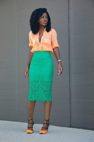 Wie kombinieren: orange Bluse mit Knöpfen, grüner Spitze Bleistiftrock, orange Leder Sandaletten