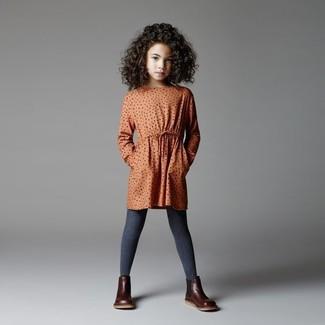 Wie kombinieren: orange gepunktetes Kleid, dunkelbraune Stiefel aus Leder, dunkelgraue Strumpfhose