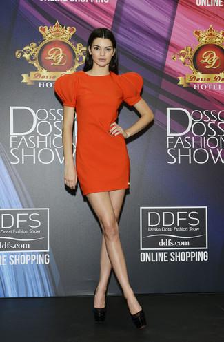 Wie kombinieren: orange gerade geschnittenes Kleid, schwarze klobige Leder Pumps