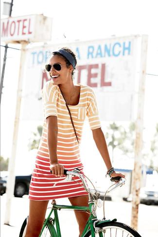 Wie kombinieren: orange horizontal gestreiftes Freizeitkleid, schwarze Sonnenbrille, dunkelblaues Haarband