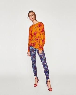 Wie kombinieren: orange Langarmbluse mit Blumenmuster, blaue Leggings mit Blumenmuster, rote Leder Sandaletten