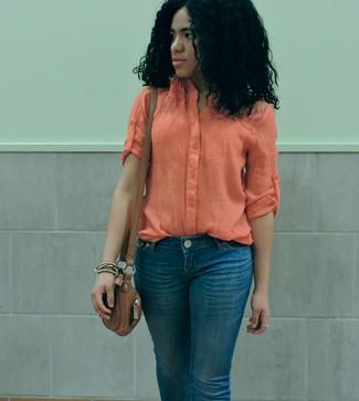 Wie kombinieren: orange leichte Bluse mit Knöpfen, blaue Jeans, braune Leder Umhängetasche
