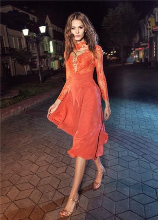 Wie kombinieren: orange Midikleid aus Spitze, goldene Leder Sandaletten