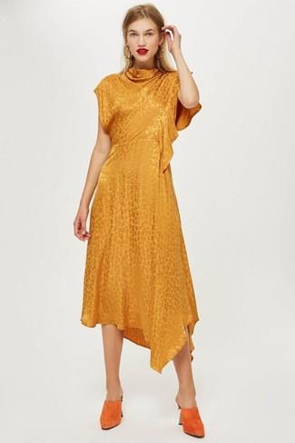 Wie kombinieren: orange Midikleid, orange Wildleder Pantoletten, goldene Ohrringe