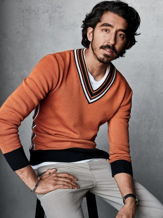 Wie kombinieren: orange Pullover mit einem V-Ausschnitt, weißes T-Shirt mit einem Rundhalsausschnitt, graue Jeans